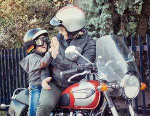 Photo souvenir enfant a l'arrière d'une moto vintage