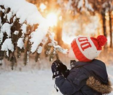 laisser les petits-enfants sortir par temps froid